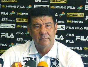 Joel Santana durante coletiva do Botafogo