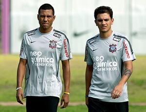 Luís Ramirez e Fábio Santos no treino do Corinthians