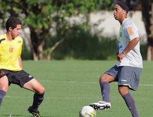 Ronaldinho no treino do Flamengo marcado por Quiroga