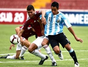 Sergio Araujo da Argentina na partida contra a Venezuela pelo sub 20 (Foto: EFE)