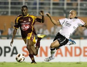 Roberto Carlos na partida do Corinthians contra o Tolima