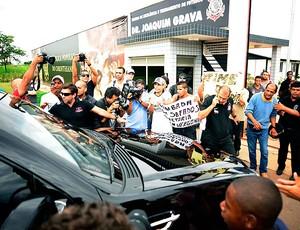 chegada de Ronaldo no CT do Corinthians (Foto: Marcos Ribolli / GLOBOESPORTE.COM)
