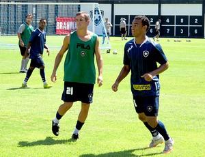 Lucas e Fabrício no treino do Botafogo (Foto: Gustavo Rotstein / GLOBOESPORTE.COM)