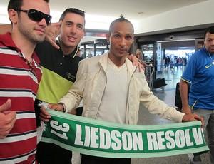 liedson desembarque (Foto: Diego Ribeiro/Globoesporte.com)