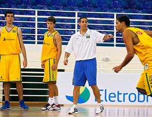 Neto no treino da seleção de basquete (Foto: Wander Oliveira /Inovafoto/CBB)