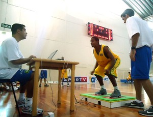 Rafael Fachina orienta o teste na plataforma de força (Foto: Danielle Rocha / GLOBOESPORTE.COM)