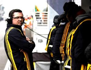 Boullier nos boxes da Renault (Foto: Divulgação / Site Oficial)