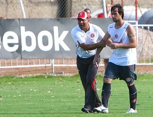Celso Roth e Cavenaghi no treino do Internacional (Foto: Lucas Uebel / VIPCOMM)
