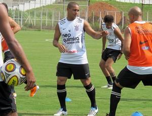 Roberto Carlos no treino desta quinta-feira no CT Joaquim Grava (Foto: Carlos Augusto Ferrari / Globoesporte.com)