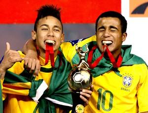 Neymar e Lucas comemoram o títulodo Brasil sub 20 (Foto: EFE)