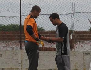 Marcelo Galvão, goleiro do Treze-PB, refazendo a proteção da mão (Foto: Marcelo Prado / GLOBOESPORTE.COM)