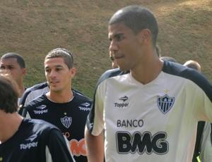 Zagueiro Leonardo Silva volta a treinar (Foto: Divulgacao Tarcísio Badaró)