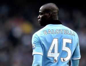 Balotelli deixa o campo na partida do Manchester City (Foto: Getty Images)