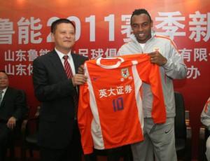 Obina recebe camisa 10 do Shandong Luneng, da China (Foto: Site oficial do Shandong Luneng)