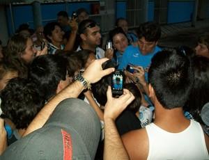 Renato Gaúcho dá autógrafo para torcedores (Foto: Eduardo Cecconi/Globoesporte.com)