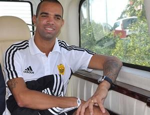 diego tardelli assina com Anzhi (Foto: Divulgação / Site oficial do Anzhi)