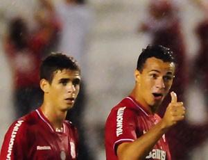 Leandro Damião e Oscar do Internacional (Foto: Agência Estado)