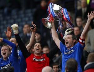 David Weir, capitão do Rangers, levanta taça da Copa da Liga da Escócia (Foto: Reuters)