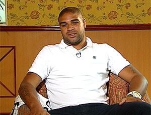 FRAME Adriano durante entrevista (Foto: Reprodução / TV Globo)
