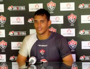 Titular após a suspensão de Viáfara, Douglas admite que é difícil substituir o camisa 1 (Foto: Eric Luis Carvalho/GLOBOESPORTE.COM)
