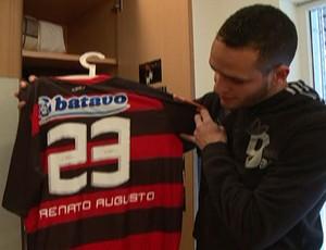 Renato Augusto mostra camisa do Flamengo EE de Bolsa (Foto: Clícia Oliveira/Globoesporte.com)