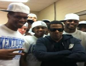Jay-Z com os jogadores da NCAA (Foto: Reprodução)