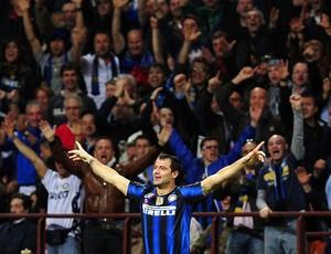 Dejan Stankovic comemora gol do Inter de Milão contra o Schalke (Foto: AFP)