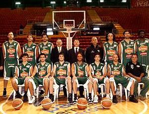 Juan Figueroa com Magnano no time Atenas da Argentina (Foto: Divulgação / Site Oficial)