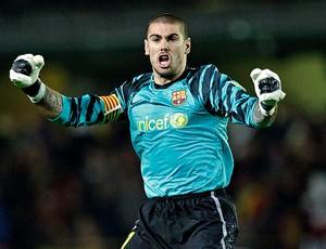 Victor valdes comemora gol do Barcelona (Foto: EFE)