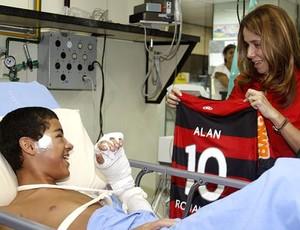 Patrícia Amorim visita criança em hospital (Foto: Leandra Beijamin / Fla Imagem)