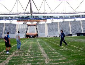 jogadores do Cruzeiro fazem o reconhecimento do gramado (Foto: Fernando Martins / Globoesporte.com)