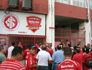 torcida do Internacional no portão do estádio Beira-Rio (Foto: Alexandre Alliatti / Globoesporte.com)