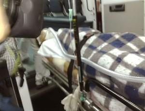 Stacy Sykora recebe atendimento após acidente de ônibus (Foto: Carolina Elustondo / GLOBOESPORTE.COM)