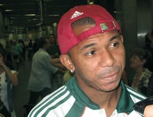 Mariano no embarque do Fluminense (Foto: Cahê Mota / GLOBOESPORTE.COM)