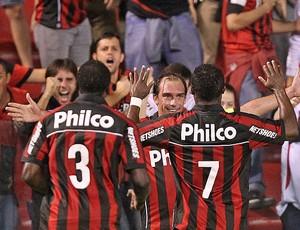 jogadores do Atlético-PR comemoram vitória sobre o Bahia (Foto: Heuler Andrey / Ag. Estado)