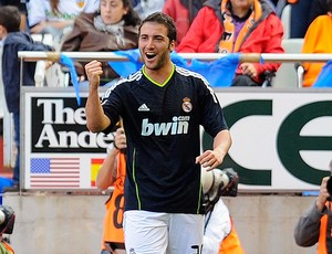 Higuain comemora gol do Real Madri contra o Valência (Foto: Reuters)