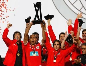 Luisão do Benfica comemora com a taça (Foto: Reuters)