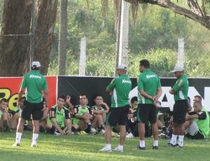 Técnico Mauro Fernandes conversa com os jogadores do América-MG (Foto: Marco Antônio Astoni - Globoesporte.com)