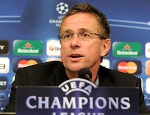 Ralf Rangnick, técnico do Schalke, durante coletiva (Foto: AP)