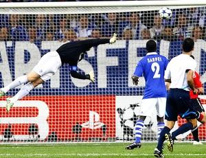 Manuel Neuer na partida do Schalke contra o Manchester United (Foto: Reuters)