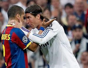 Daniel Alves e Sergio Ramos na partida do Real Madrid contra o Barcelona (Foto: EFE)