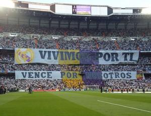 """Antes da entrada dos times, torcida do Real exibiu uma grande faixa: """"Vivemos por vocês, vença por nós"""" (Foto: Thiago Dias / Globoesporte.com)"""