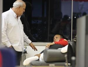 Luis Fabiano, do São Paulo, conversa com médico José Sanchez (Foto: Luiz Pires/VIPCOMM)