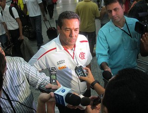 Luxemburgo no desembarque do Flamengo (Foto: Janir Junior / GLOBOESPORTE.COM)