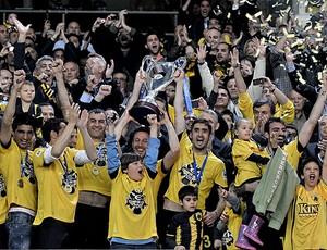 jogadores do AEK com a taça na Grécia (Foto: AFP)