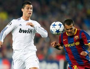 Cristiano Ronaldo e Daniel Alves na partida do Barcelona contra o Real Madrid (Foto: Reuters)
