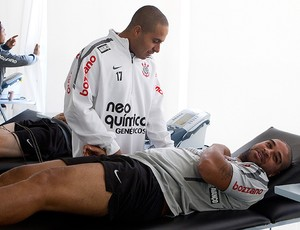 adriano corinthians fisioterapia (Foto: Daniel Augusto JR / Agência Estado)