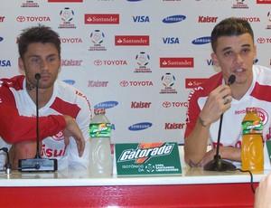 Rafael Sobis e D'Alessandro em pronunciamento. (Foto: Alexandre Alliatti / Globoesporte.com)