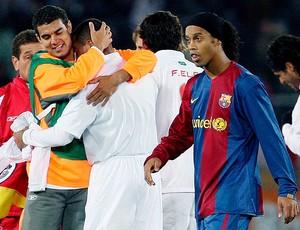 Ronaldinho gaúcho na final do Mundial da FIFA pelo Barcelona contra o Internacional (Foto: EFE)