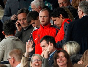 Rooney na torcida do Manchester United contra o Schalke (Foto: Reuters)
